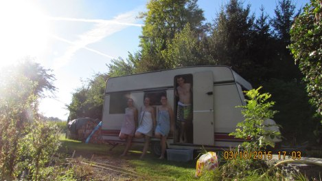 sauna-im-wohnwagen-am-see-egalwo-sauna-saunawagen-mobile-sauna-wearesaunah-wearesauna-wohnwagensauna-finnischsesauna-holzofen-holzofensauna-erholung-freunde-geburtstagsgeschenk-geburtsta